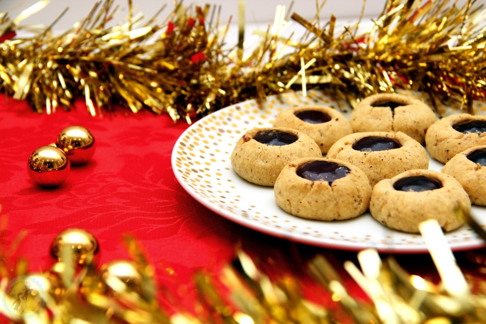 Engelsaugen / Husarenkrapfen - German Christmas biscuits with ground hazelnuts filled with jam